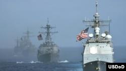"""驶在编队最前列的美国海军""""考彭斯号""""导弹巡洋舰。(资料照,美国国防部提供)"""