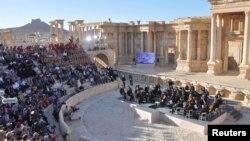 Teater Mariinsky dari Rusia tampil di ampiteater kota Palmyra, Suriah (5/5).