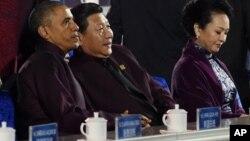 အေမရိကန္သမၼတ Barack Obama၊ တ႐ုတ္သမၼတ Xi Jinping နဲ႔ သမၼတကေတာ္ (ဝဲမွယာ)။ (ႏိုဝင္ဘာ ၁၀၊ ၂၀၁၄)