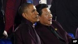 El presidente Barack Obama, y el mandatario chino, Xi Jinping, obervan los fuegos artificiales en Beijin.