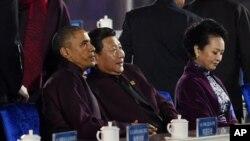美国总统奥巴马、中国国家主席习近平以及习近平夫人彭丽媛在APEC峰会期间准备观看焰火(2014年11月10日)
