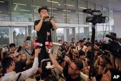 香港活動人士黃之鋒獲釋後立即加入抗爭活動 (2019年6月17日美聯社)