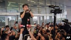 Nhà hoạt động dân chủ Hong Kong Joshua Wong và người biểu tình hôm 17/6/2019.