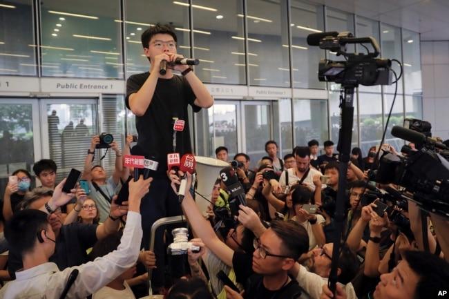 香港活动人士黄之锋获释后立即加入抗争活动 (2019年6月17日美联社)