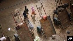31일 말리 가오시의 거리. 폐허가 된 도시를 소녀들이 걸어가고 있다. (자료사진)