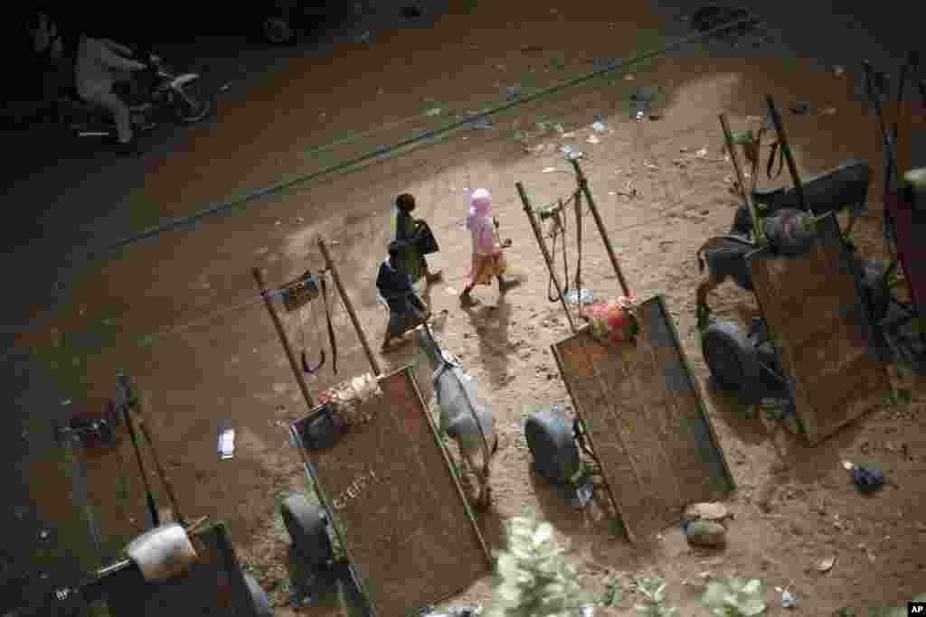 31일 말리 가오 마을 거리의 소녀들.