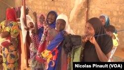 Ces femmes sont mariées à des ex-combattants de Boko Haram qui se sont rendus. D'autres sont toujours dans le groupe djihadiste, Diffa, Niger, le 17 avril 2017 (VOA/Nicolas Pinault)