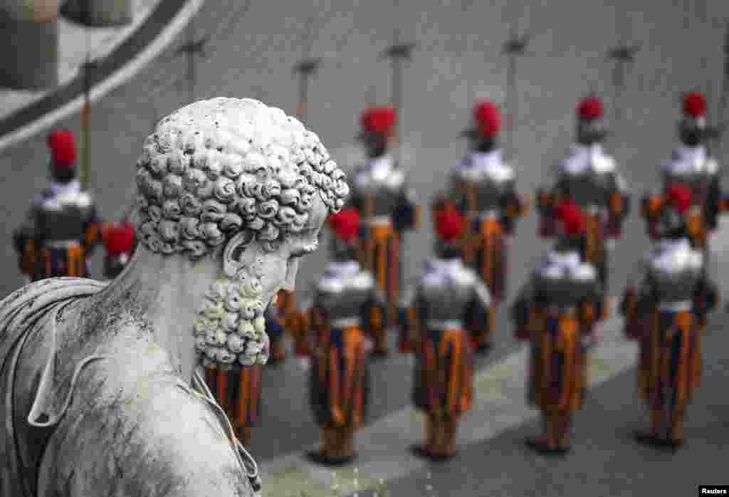 Para penjaga sebelum dimulainya misa Paskah yang dipimpin Paus Fransiskus I di Alun-Alun Santo Petrus, Vatikan (31/3). (Alessandro Bianchi)
