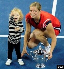 Juara bertahan tahun lalu, Kim Clijsters menempati unggulan kedua. Kim berpose bersama anak perempuannya pada saat menerima piala.
