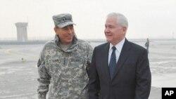 جنرال پیټریس (چپ) افغانستان کې د آیساف قومندان کابل ته د ګیټس له رسیدو وروسته له هغه سره خبرې کوي.