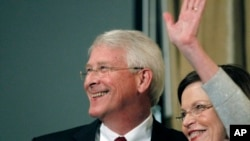 Сенатор Роджер Викер з дружиною Ґейл