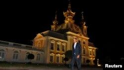 2013年 9月5日,奥巴马总统在俄罗斯圣彼得堡出席当时的G20峰会之后,步行前往工作晚餐的会场。