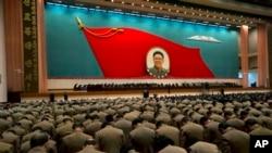 ເຈົ້າໜ້າທີ່ທະຫານເກົາຫລີເໜືອ ກົ້ມຫົວຄໍານັບຮູບຂອງ ອະດີດຜູ້ນໍາເກົາຫລີເໜືອ, ມື້ລາງທ່ານ Kim Jong Il ໃນກອງປະຊຸມ ເຈົ້າໜ້າທີ່ຂັ້ນສູງຂອງພັກ ແລະທະຫານ ນຶ່ງມື້ກ່ອນວັນລະນຶກເຖິງ ການເສຍຊີວິດຂອທ່ານ Kim Jong Il ຄົບຮອບນຶ່ງປີ ໃນນະຄອນຫລວງພຽງຢາງ, ວັນທີ16 ທັນວາ 2012 (AP Photo/Ng Han Guan)
