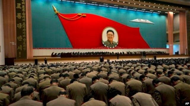 지난달 16일 평양에서 열린 김정일 위원장 사망 1주년 행사에서 묵념하는 군인들. (자료사진)