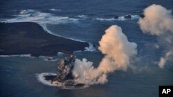 지난 20일 일본 태평양 해상에서 해저 화산이 폭발한 뒤, 일본 해상보안청이 오가사와라 제도 니시노시마 인근 해상에서 직경 2백 미터 정도의 새로운 섬을 확인했다.