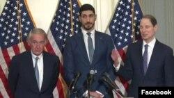 Massachusetts Senatörü Edward J. Markey ve Oregon Senatörü Ron Wyden, Enes Kanter'le birlikte basın toplantısı düzenledi