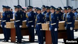 Militares transportam os caixões com os corpos das vítimas do voo MH17 da Malaysia Airlines MH17, Julho 23, 2014.