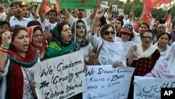 파키스탄인들이 무장괴한의 총격을 받고 사망한 야당 정치인 후세인 피살 사건을 비난하며 시위를 벌이고 있다.