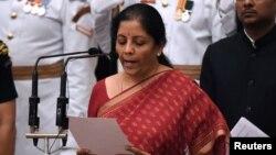 Nirmala Sitharaman, politisi dari partai berkuasa Bharatiya Janata Party (BJP) diambil sumpahnya sebagai Menteri Pertahanan di New Delhi, India hari Minggu (3/9).