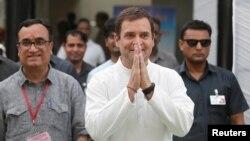 Rahul Gandhi, Presiden partai Kongres, partai oposisi utama, usai memberikan suara di New Delhi, Minggu (12/5).