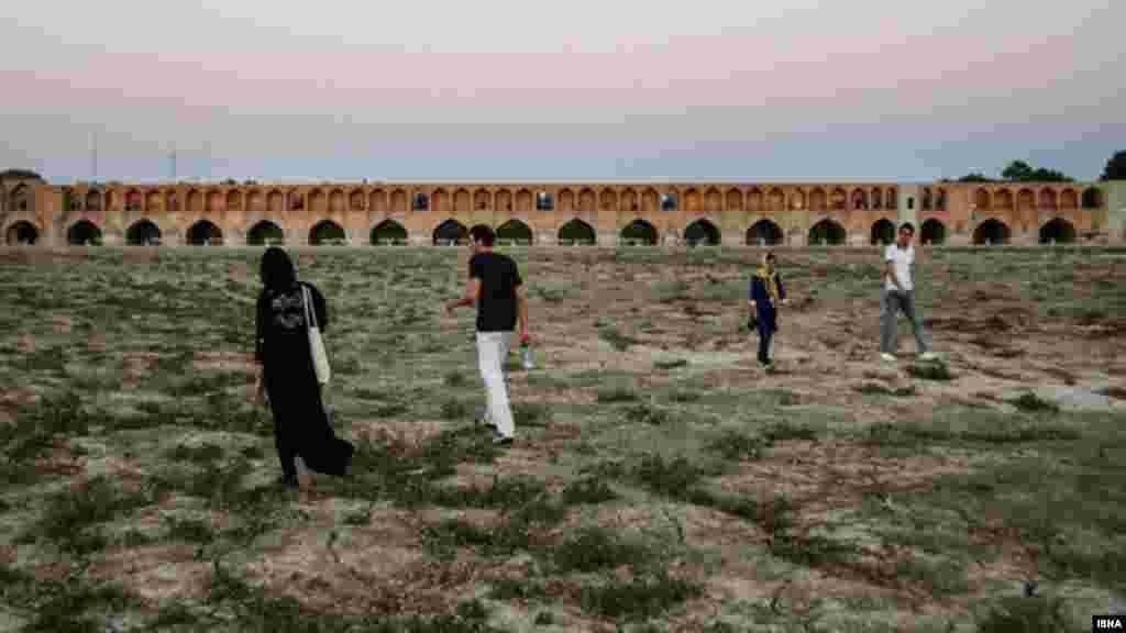 پیاده روی در زاینده رود خشک- عکس: عبدالرضا درویش