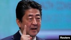 Trong cuộc điện đàm với Thủ tướng Anh Theresa May, Thủ tướng Nhật Bản Shinzo Abe cũng nhấn mạnh sự cần thiết phải tiếp tục gây áp lực tối đa lên Triều Tiên để họ từ bỏ chương trình phát triển vũ khí hạt nhân, theo bộ ngoại giao Nhật Bản.