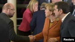 خانم مرکل و رقیب سابقش انتخاباتی اش مارتین شولتس (چپ)