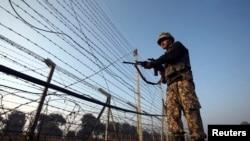 Polisi perbatasan India memeriksa pagar pengaman perbatasan dengan Pakistan (foto: dok).