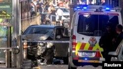 Polisi Australia berdiri di dekat sebuah kendaraan setelah mereka menahan pengemudi kendaraan yang telah menabrak pejalan kaki di persimpangan yang ramai di dekat stasiun kereta Flinders Street di Melbourne tengah, Australia, 21 Desember 2017. (Foto: dok).
