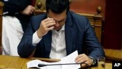 Thủ tướng Hy Lạp Alexis Tsipras đọc ghi chép của mình trong một cuộc họp Quốc hội ở Athens, 16/7/2015.