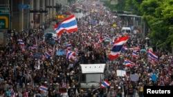 Đoàn người biểu tình chống chính phủ tuần hành về hướng Bộ Tài chính ở Bangkok, 25/11/13