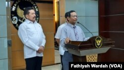 Menko Polhukam Mahfud MD (kanan) ketika jumpa pers bersama Jaksa Agung Sanitiar Burhanuddin untuk mengklarifikasi pernyataan Jaksa Agung soal Tragedi Semanggi di Jakarta, 22 Januari 2020 (foto: dok).