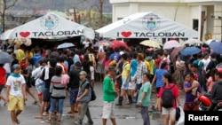 Warga berkumpul untuk menelepon kerabat secara gratis menyusul Topan Haiyan yang menghantam kota Tacloban, Filipina Tengah.