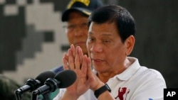 Presiden Filipina Rodrigo Duterte berbicara dalam kunjungan ke San Miguel, Filipina (15/9). (AP/Bullit Marquez)