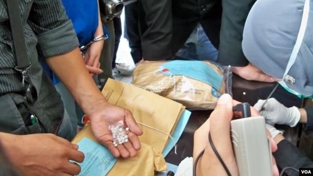 Petugas Badan Narkotika Nasional (BNN) menunjukkan narkoba hasil sitaan (VOA/Andylala Waluyo).