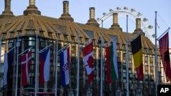 Bendera nergara-negara anggota NATO dikibarkan di halaman gedung parlemen Inggris (Parliament Square), di London, Inggris, saat berlangsungnya KTT NATO, 3 dan 4 Desember 2019.