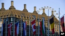 Des drapeaux des pays membres de l'OTAN sur la place du Parlement à Londres, qui accueille le sommet de l'alliance les 3 et 4 décembre 2019.