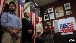 Warga New Hampshire (dari kiri ke kanan) Tanner Tillotson, Paul Johnson, dan Jacques Couture menunggu saat mengisi suara untuk pemilu pendahuluan di TPS Balsams Hotel, Dixville Notch, New Hampshire (9/1)