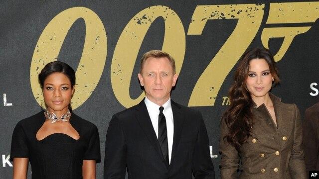 Diễn viên trong phim Skyfall (từ trái) Naomie Harris, Daniel Craig và Berenice Marlohe