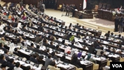 Sidang Paripurna MPR memilih Zulkifli Hasan dari Fraksi PAN sebagai Ketua MPR RI 2014-2019 (foto: VOA/Fathiyah).