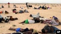 예맨 남부 아르와르 해변에 지쳐 잠들어있는 아프리카 난민들(자료사진)