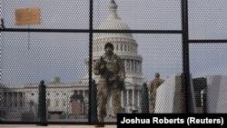 美國國會大廈前站崗的國民警衛隊隊員。(2021年1月17日)
