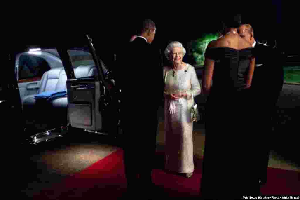 Michelle et Barack Obama salue la reine Elisabeth II et le prince Philip, le 25 mai 2011. (Official White House Photo by Pete Souza)