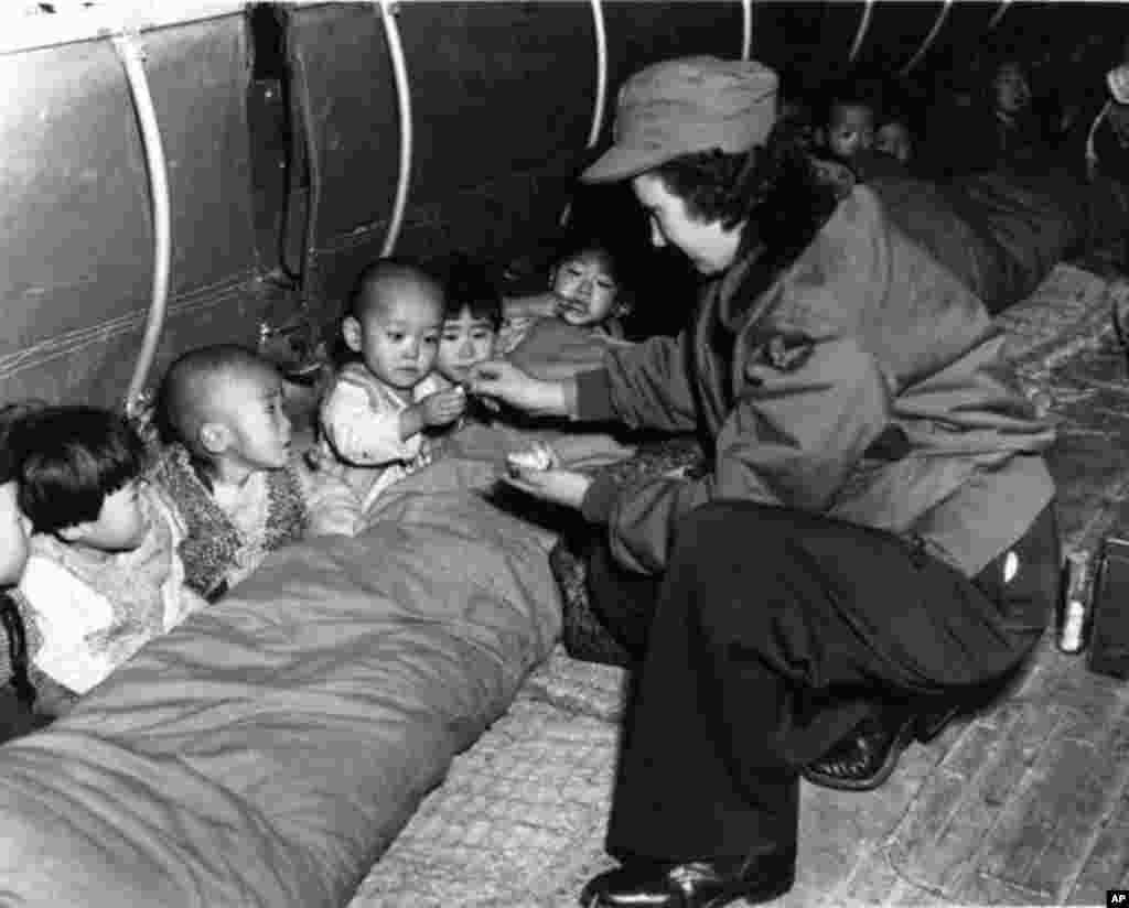 C-54 수송기 속의 고아들