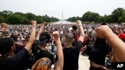 បាតុករនាំគ្នាតវ៉ាកាលពីថ្ងៃសៅរ៍ ទី៦ ខែមិថុនា ឆ្នាំ២០២០ នៅ Lincoln Memorial ក្នុងរដ្ឋធានីវ៉ាស៊ីនតោន ចំពោះករណីស្លាប់របស់លោក George Floyd ដែលជាបុរសអាមេរិកាំងដើមកំណើតអាហ្វ្រិក នៅក្នុងការឃាត់ខ្លួនរបស់ប៉ូលិស។
