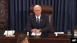 លោកអនុប្រធានាធិបតី Mike Pence ធ្វើជាប្រធានដឹកនាំព្រឹទ្ធសភានៅវិមាន Capitol Hill នៅក្នុងរដ្ឋធានីវ៉ាស៊ីនតោន កាលពីថ្ងៃទី៧ ខែកុម្ភៈ ឆ្នាំ២០១៧ ក្នុងពេលបោះឆ្នោតរបស់ព្រឹទ្ធសភាលើកការតែងតាំងរដ្ឋមន្រ្តីក្រសួងអប់រំ។