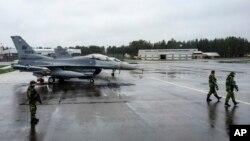 """Američki borbeni avioni na aerodromu u okolini Lulee, na severu Švedske, tokom nedavne vežbe NATO-a pod nazivom """"Arktički izazov"""""""