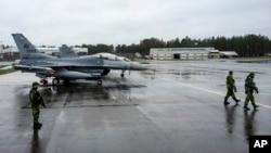 26일 스웨덴 룰레아의 칼락스 공군기지에 나토 북극 군사훈련에 참가한 미군 전투기가 대기 중이다.