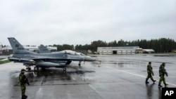 """Američki avioni lovci se pripremaju za učešće u vežbama """"Arktički izazov"""" na aerodromu Kalaks u blizini Lulea u Švedskoj, 26. maj 2015."""