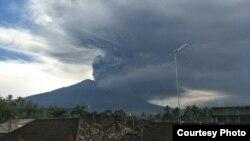 Erupsi Gunung Agung di Bali masih terus berlanjut hari Minggu 26/11. (Foto courtesy: BNPB).